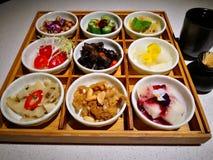 aperitivo della Pre-cena nel vassoio di nove griglie immagine stock