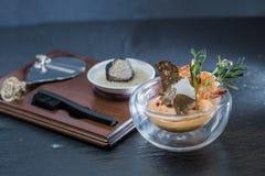 Aperitivo di haute cuisine con i gamberetti ed i tartufi fotografia stock libera da diritti