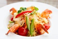 Aperitivo do camarão com couve, pimentas de sino e tomates Imagem de Stock Royalty Free