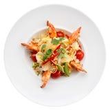 Aperitivo do camarão com couve, pimentas de sino e tomates na placa Fotografia de Stock Royalty Free