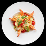 Aperitivo do camarão com couve, pimentas de sino e tomates na placa Imagens de Stock Royalty Free