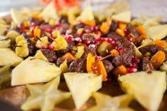Aperitivo do no espeto do bife com fruto e a romã tropial Fotos de Stock Royalty Free