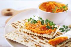 Aperitivo do vegetariano Mergulho da cenoura no pão seco, molho do sésamo foto de stock