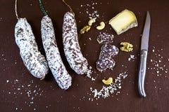 Aperitivo dos restaurantes com salsichas, queijo e porcas Fotos de Stock Royalty Free