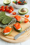 Aperitivo dos salmões com os tomates do abacate e de cereja fotografia de stock