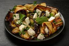 Aperitivo - ensalada deliciosa con las berenjenas asadas a la parrilla con el queso feta, el perejil y el ruccola imagen de archivo