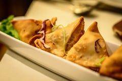 Aperitivo fritado do samosa da batata no restaurante indiano Imagens de Stock