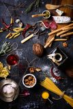 Aperitivo, ingredienti italiani della cucina Pasta con l'antipasto A fotografia stock