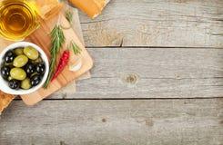 Aperitivo italiano de la comida de aceitunas, del pan y de especias Imagenes de archivo