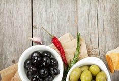 Aperitivo italiano do alimento das azeitonas, do pão e das especiarias foto de stock