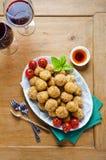 Aperitivo italiano sano con el arancini de las bolas del risotto, ol verde Fotos de archivo libres de regalías