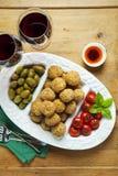 Aperitivo italiano sano con el arancini de las bolas del risotto, ol verde Imagen de archivo libre de regalías