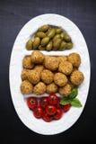 Aperitivo italiano sano con el arancini de las bolas del risotto, ol verde Foto de archivo libre de regalías