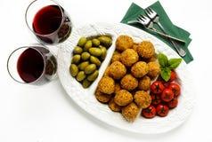 Aperitivo italiano sano con el arancini de las bolas del risotto, ol verde Fotografía de archivo