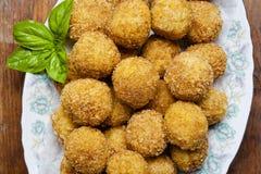 Aperitivo italiano sano con el arancini de las bolas del risotto, ol verde fotos de archivo