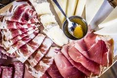 Aperitivo italiano tipico con salame e formaggi Fotografie Stock
