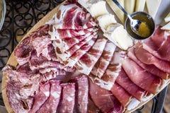 Aperitivo italiano tipico con salame e formaggi Fotografia Stock