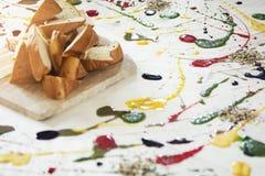 Aperitivo - pan con las salsas coloridas del differnet Imágenes de archivo libres de regalías