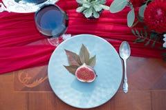 Aperitivo partido ao meio fresco do figo com vinho tinto Fotos de Stock Royalty Free