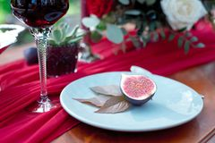 Aperitivo partido ao meio fresco do figo com vinho tinto Foto de Stock Royalty Free