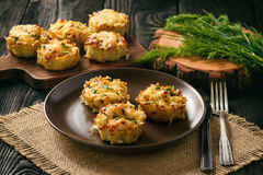 Aperitivo - queques da batata com carne e queijo da galinha Imagem de Stock Royalty Free