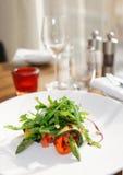 Aperitivo vegetal en la tabla del restaurante Fotos de archivo