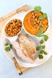 Aperitivo vegetariano Carota e condimento della immersione, del pane, del sesamo e del cece di hummus fotografia stock