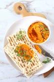 Aperitivo vegetariano Immersione della carota su pane asciutto, condimento del sesamo fotografie stock libere da diritti