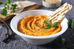 Aperitivo vegetariano Immersione della carota su pane, sul condimento del sesamo e sul prezzemolo asciutti fotografia stock