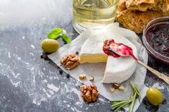 Aperitivo - vino de las nueces de la albahaca del tomate del pan del jamón del queso Imagenes de archivo