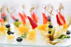 Aperitivos, alimento gourmet - canape com queijo e morangos, serviço de abastecimento dos mirtilos Foco seletivo, vista superior Foto de Stock