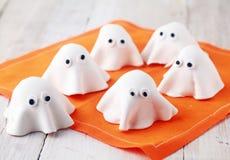 Aperitivos comestíveis brancos assustadores do fantasma de Dia das Bruxas Foto de Stock