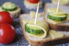 Aperitivos con queso y verduras Imagenes de archivo