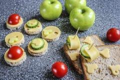 Aperitivos con queso y verduras Foto de archivo