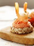 Aperitivos de la Navidad Pequeños tartlets con el caviar y la coronilla Foto de archivo libre de regalías