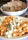 Aperitivos de los cubos y de las galletas del queso Fotografía de archivo