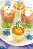 Aperitivos del día de fiesta con el caviar de color salmón y rojo Foto de archivo