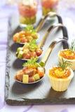 Aperitivos del día de fiesta con el caviar de color salmón y rojo Foto de archivo libre de regalías