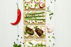 Aperitivos del queso con las verduras en un fondo de madera blanco Visión desde arriba Consumición sana foto de archivo