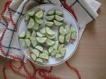 Aperitivos do ` s do ano novo em uma placa Abeto dos biscoitos e dos pepinos da inteiro-grão Fotos de Stock Royalty Free