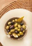 Aperitivos mediterráneos de los tapas que sirven el cuenco con verde y negro Fotografía de archivo libre de regalías