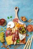 Aperitivos ou grupo italiano do antipasto com alimento gourmet na opinião superior de mesa de cozinha Guloseimas do queijo, das a fotos de stock royalty free
