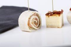 Aperitivos pequenos com salmões, presunto e bolo de queijo imagens de stock royalty free