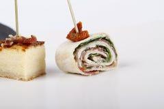 Aperitivos pequenos com salmões, presunto e bolo de queijo imagens de stock