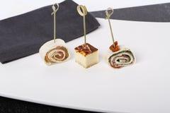 Aperitivos pequenos com salmões, presunto e bolo de queijo fotografia de stock