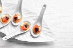 Aperitivos saborosos com caviar e os salmões pretos Fotos de Stock