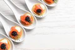 Aperitivos saborosos com caviar e os salmões pretos Imagens de Stock Royalty Free