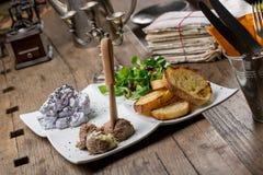 Aperitivos sabrosos con la coronilla de hígado de pollo, ensalada de la valeriana, toaste Foto de archivo libre de regalías