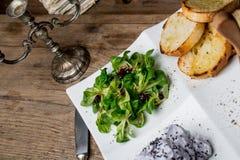 Aperitivos sabrosos con la coronilla de hígado de pollo, ensalada de la valeriana, toaste Foto de archivo