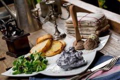 Aperitivos sabrosos con la coronilla de hígado de pollo, ensalada de la valeriana, toaste Fotografía de archivo libre de regalías